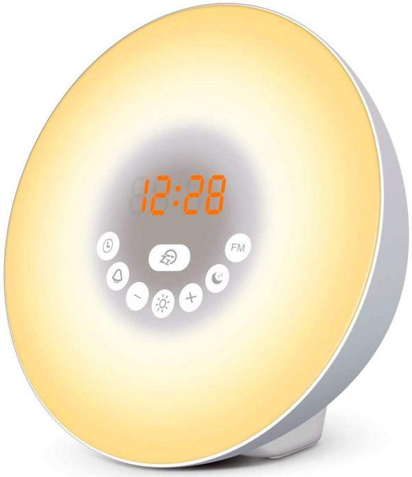 """☀️ RÉVEIL NATUREL - Ne vous réveillez plus en sursaut au son de votre alarme mais respectez plutôt votre propre rythme : 30 minutes avant l'heure programmée, la lumière douce de ce réveil lumineux vous tire petit à petit du sommeil. ☀️ RELAXATION MATINALE - Des sons naturels de votre choix sont joués à l'heure programmée : bruit du vent, de l'eau, des vagues... Idéal pour être de bonne humeur le matin ☀️ SOMMEIL DE PLOMB - Ne soyez plus dérangé par des lumières parasites la nuit. Le mode """"Nuit Noire"""" vous permet d'éteindre complètement le simulateur d'aube, qui n'émet aucune lumière artificielle et permettre un sommeil profond et réparateur ☀️ GAIN DE PLACE - ce réveil radio est aussi une lampe de chevet avec une lumière blanche pour lire et 6 lumières colorées au choix pour créer une ambiance dans votre chambre ☀️ LES PLUS : Notice en bon français, service client basé en France. Fonction Snooze, simulateur de crépuscule (coucher du soleil), interface tactile, radio FM, fonctionnement sur piles ou secteur, satisfait ou remboursé pendant 30 jours"""